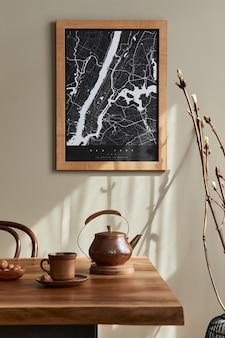 Interior elegante da sala de jantar com simulação de mapa de pôster, mesa de madeira de nogueira, cadeiras de design, xícara de café, decoração, talheres e acessórios pessoais elegantes na decoração da casa. modelo.