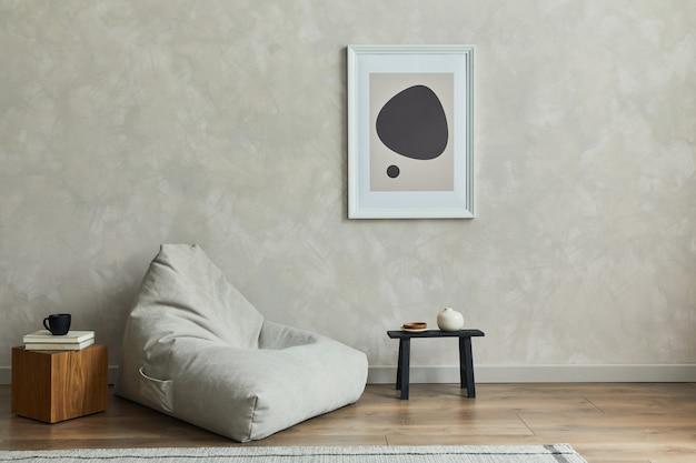 Interior elegante de composição de sala de estar com modelo de pouf e acessórios com moldura de pôster mock up