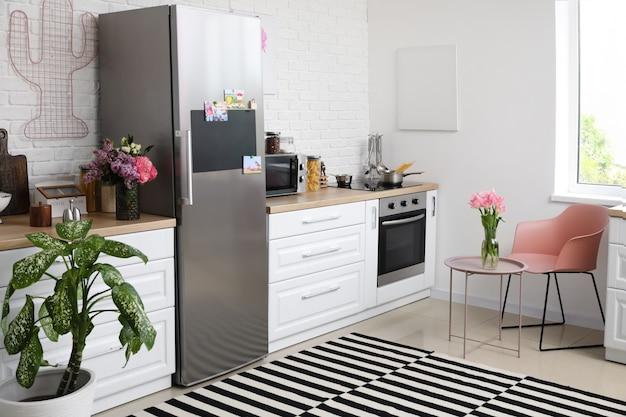 Interior elegante de cozinha moderna com geladeira grande