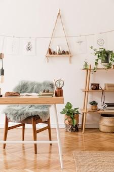 Interior elegante de espaço de escritório em casa com modelo neutro de decoração para casa de mesa de madeira