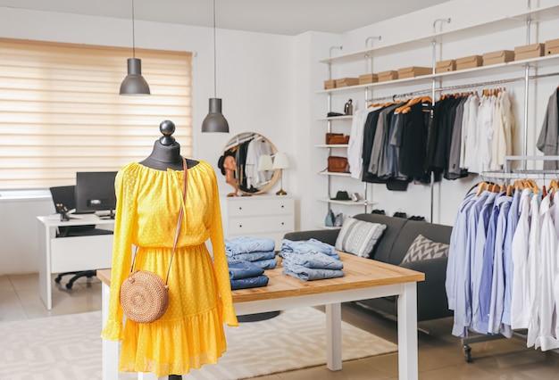 Interior elegante de loja de roupas modernas