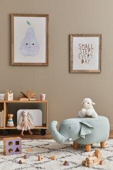 Interior elegante de quarto infantil escandinavo com brinquedos, ursinho de pelúcia, brinquedos de animais de pelúcia, móveis, decoração e acessórios infantis. molduras de madeira marrons na parede.