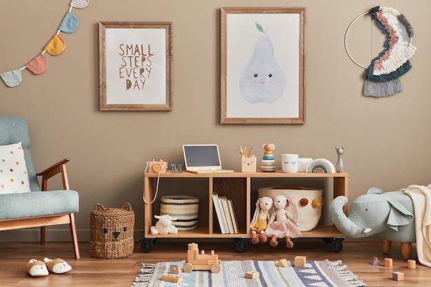 Interior elegante de quarto infantil escandinavo com brinquedos, ursinho de pelúcia, brinquedos de animais de pelúcia, poltrona de hortelã, móveis, decoração e acessórios infantis. molduras de madeira marrons na parede.