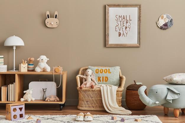 Interior elegante de quarto infantil escandinavo com brinquedos, ursinho de pelúcia, brinquedos de animais de pelúcia, sofá de vime, móveis, decoração e acessórios infantis. molduras de madeira marrons na parede.