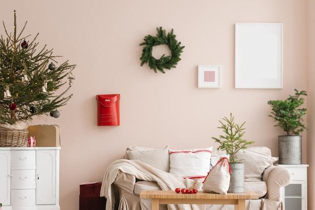 Interior elegante de sala de estar de natal com árvore de sofá e presentes e decorações de caixa de correio de grinaldas