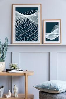 Interior elegante de sala de estar escandinava com banquinho cinza de design, console de madeira, plantas, livro, decoração, maquete de pôster na prateleira e acessórios elegantes na decoração moderna.