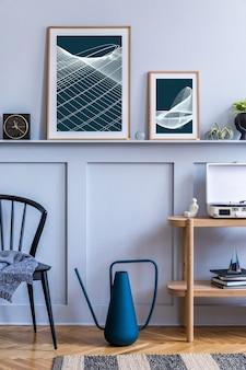 Interior elegante de sala de estar escandinava com cadeira preta de design, console de madeira, plantas de ar, livro, decoração, moldura de pôster modelo na prateleira e acessórios elegantes na decoração moderna.