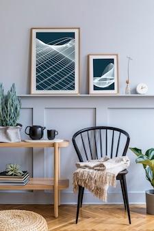 Interior elegante de sala de estar escandinava com cadeira preta de design, console de madeira, plantas, livro, decoração, maquete de pôster na prateleira e acessórios elegantes na decoração moderna.
