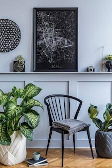 Interior elegante de sala de estar escandinava com cadeira preta de design, relógio, plantas, livro, decoração, moldura de pôster simulada na prateleira e acessórios elegantes na decoração moderna.