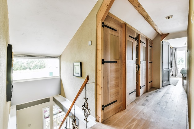 Interior elegante do corredor perto da escada e da porta