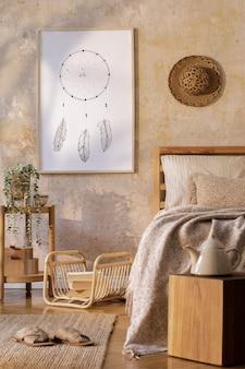 Interior elegante do quarto com moldura de pôster simulada, móveis de design, plantas, decoração de vime e acessórios pessoais elegantes. lindos lençóis, cobertores e travesseiros bege. modelo.