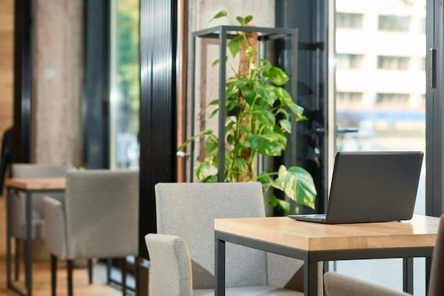 Interior elegante do restaurante moderno com utilização de materiais naturais.