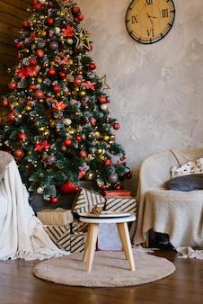 Interior elegante e clássico de uma casa de campo com uma árvore de natal