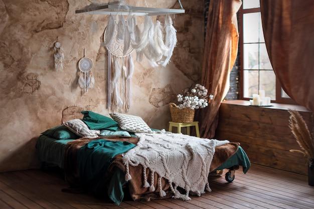 Interior elegante quarto com cama grande e confortável.