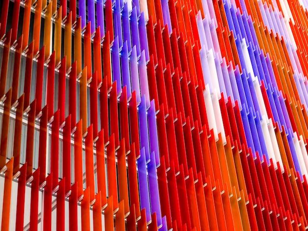 Interior em folha de plástico acrílico, canto direito branco, padrão colorido azul vermelho magenta de design de conceito