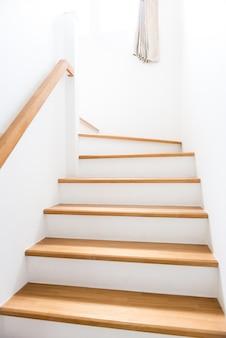 Interior - escadas de madeira