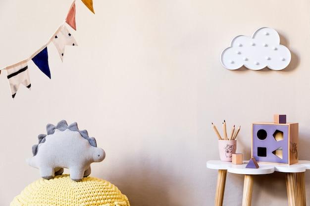 Interior escandinavo com móveis, brinquedos e acessórios em decoração moderna para o quarto das crianças