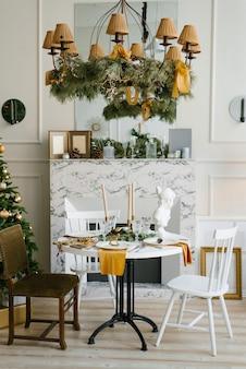Interior escandinavo elegante da sala de jantar com uma árvore de natal