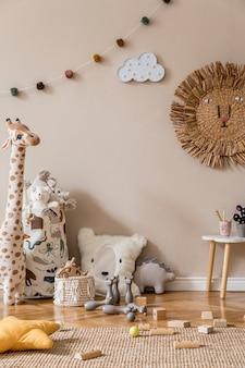Interior escandinavo elegante de quarto infantil com brinquedos naturais, decoração suspensa, móveis de design, animais de pelúcia, ursinhos de pelúcia e acessórios. paredes bege. design de interiores da sala de criança. modelo.