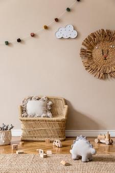 Interior escandinavo elegante de quarto infantil com brinquedos naturais, decoração suspensa, móveis de design, animais de pelúcia, ursinhos de pelúcia e acessórios. paredes bege. design de interiores da sala de criança. .