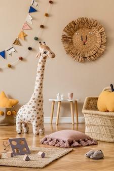 Interior escandinavo elegante de quarto infantil com brinquedos naturais, decoração suspensa, móveis de design, animais de pelúcia, ursinhos de pelúcia e acessórios. paredes bege. design de interiores da sala de criança.
