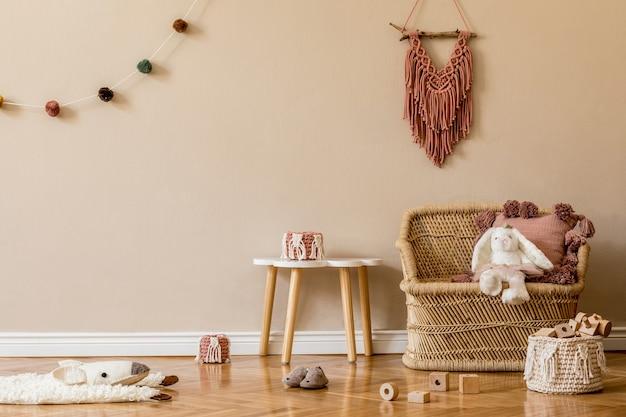 Interior escandinavo elegante de quarto infantil com mobília, brinquedo e acessórios.