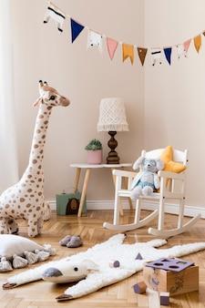 Interior escandinavo elegante de quarto infantil com modelo de brinquedos e acessórios naturais