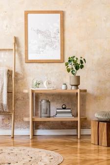 Interior escandinavo elegante de sala de estar com moldura de pôster, console de madeira, plantas, escada, decoração, parede grunge e acessórios pessoais elegantes na decoração moderna da casa