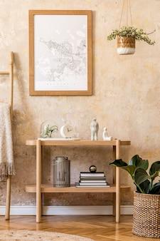 Interior escandinavo elegante de sala de estar com moldura de pôster, console de madeira, plantas, escada, decoração, parede grunge e acessórios pessoais elegantes na decoração moderna da casa.