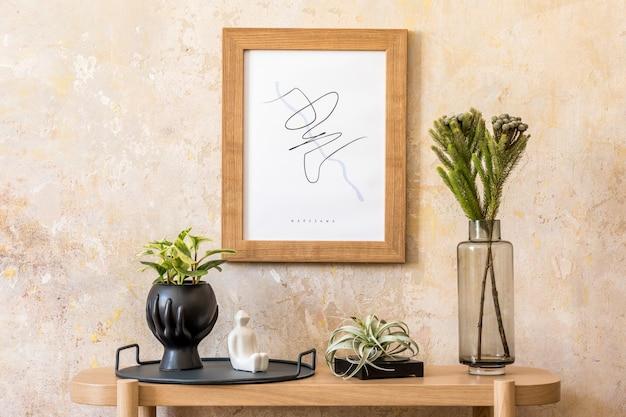 Interior escandinavo elegante de sala de estar com moldura de pôster, console de madeira, plantas, velas, livros, decoração, parede grunge e acessórios pessoais elegantes na decoração moderna da casa.