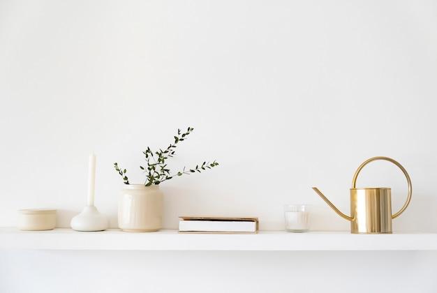 Interior escandinavo minimalista. pratos nas prateleiras brancas. detalhes em branco no interior.