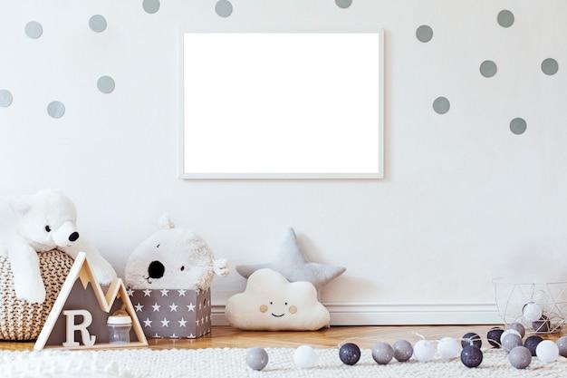 Interior escandinavo moderno de quarto de bebê com modelo de quadro de pôster simulado