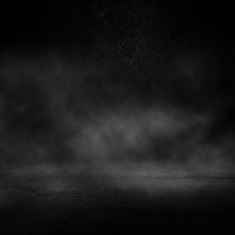 Interior escuro do grunge com atmosfera esfumaçada