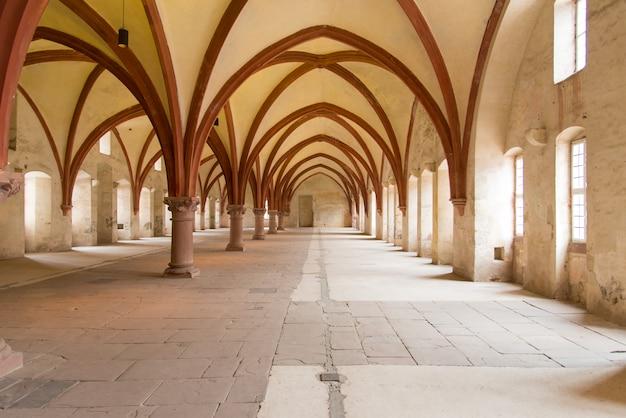 Interior europeu da igreja vazia com luz do sol das janelas