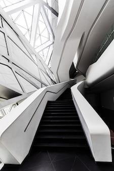 Interior futurista de uma das arquiteturas em guangzhou, china.