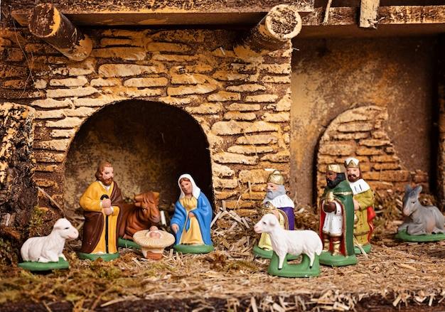 Interior higiênico de natal com presépio de natal com a sagrada família e três reis magos