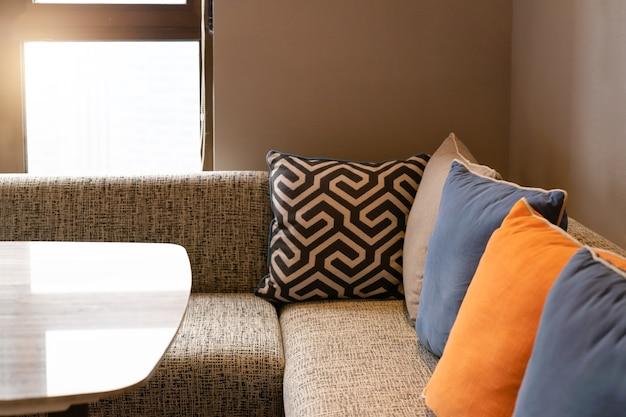 Interior home do projeto, sofá acolhedor na sala de visitas com descanso colorido.