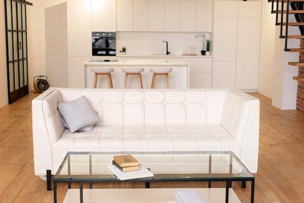 Interior home moderno branco com cozinha sótão e sofá de couro branco. foco seletivo suave.
