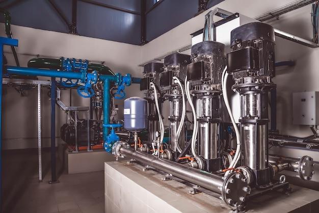 Interior industrial da bomba de água, válvulas, medidores de pressão, motores dentro da sala de máquinas