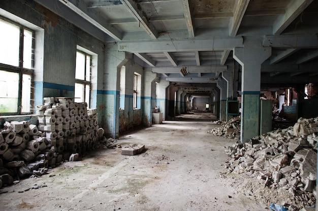 Interior industrial de uma antiga fábrica abandonada.