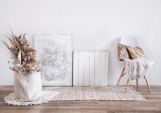 Interior luminoso de um quarto acolhedor com uma cadeira e decoração para casa. interior, detalhes e decoração modernos.