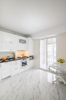 Interior luxuoso da cozinha branca e moderna