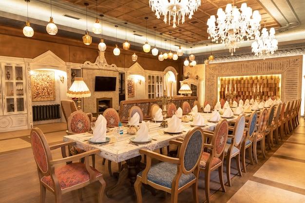 Interior luxuoso da sala de eventos do salão de banquetes do restaurante