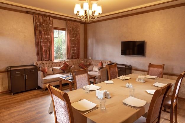 Interior luxuoso da sala de eventos para banquetes de restaurante