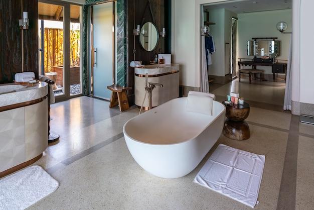 Interior luxuoso de uma villa de água rica muito cara nas maldivas, decorada com madeira natural.