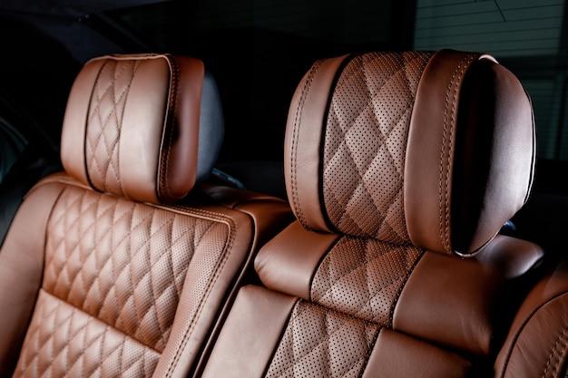 Interior luxuoso do carro nas cores marrom e preto