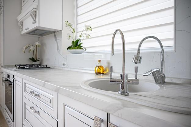 Interior luxuoso e moderno de cozinha branca clássica com design clean