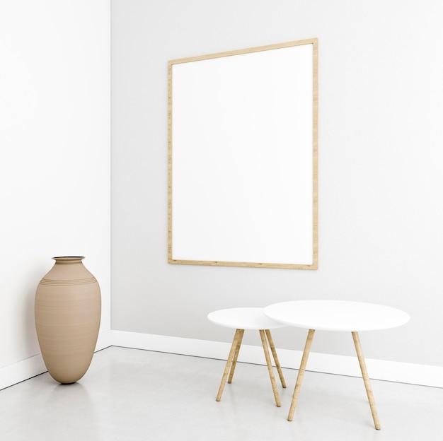 Interior minimalista com quadros e mesas elegantes