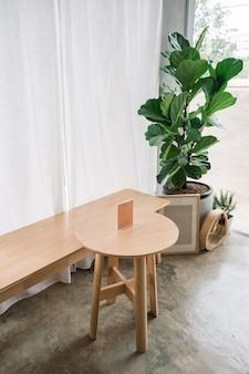Interior minimalista de mesa de madeira, etiqueta, assento, moldura e violino figueira no café