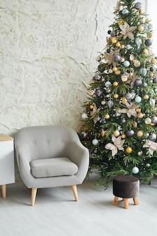 Interior minimalista escandinavo elegante de natal com árvore de natal na sala de estar. lugar para o seu próprio texto. escandinava sala de estar com decorações de natal. sala interior de natal.